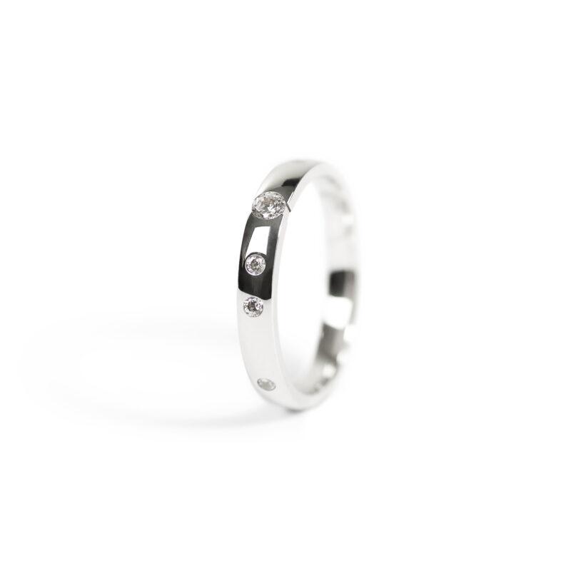 Prsten z bílého zlata se zirkony a briliantem