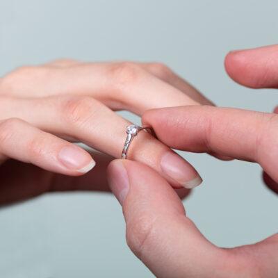 Roman Kozák | fotograf | Jak vybrat zásnubní prsten? | Zasnuby Nasazeni